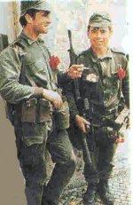 دو سرباز شرکت کننده در کودتا، با گلهای میخک سرخ