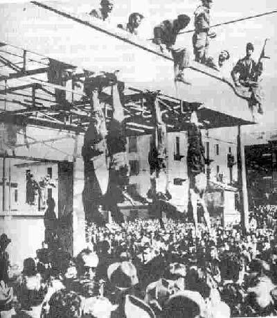 پارتيزانها پس از اعدام موسوليني، معشوقه اش كلارتا پتاچي و 11 مرد ديگر اجساد آنان را 28 آوريل به ميلان منتقل و به اين صورت وارونه از بالكن يك ساختمان آويزان كردند تا مردم تماشا كنند.