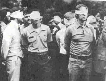 کارکنان سفارت امریکا در تهران که در جریان تصرف این سفارت به گروگان گرفته شده بودند با چشمان بسته