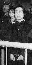 ژیانگ شینگ همسر مائو با دستبند در دادگاه