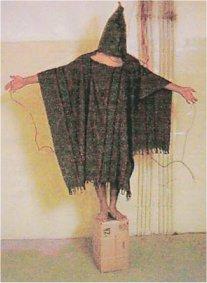 صدام صالح با کلاه بوقی و لباس و سیم برق در ابوغریب