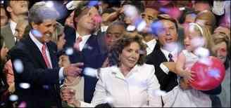 سناتور کری، همسرش تریسا، سناتور ادواردز و فرزند خردسالش در پایان جلسات کنوانسیون ژوئیه 2004 در میان جمعی از شرکت کنندگان در کنوانسیون حزب دمکراتیک آمریکا