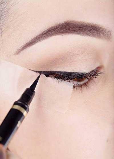 خط چشم گربه ای برای مبتدی و تازه کار اموزش تصویری خط چشم مایع how to eye linear with tape glue اموزش کشیدن خط چشم با نوار چسب خط چشم با چسب کاغذی