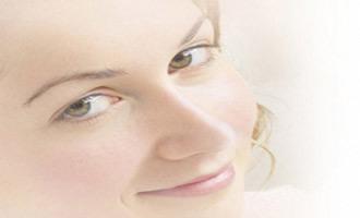 چگونه با آرایش ترک های پوستم را مخفی کنم
