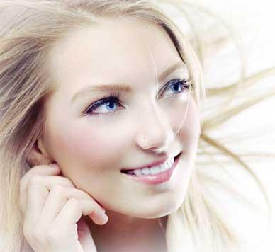 بهترین آرایش صورت با موی بلوند و پوست روشن