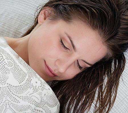 هرگز با موی خیس نخوابید، خطرناک است!