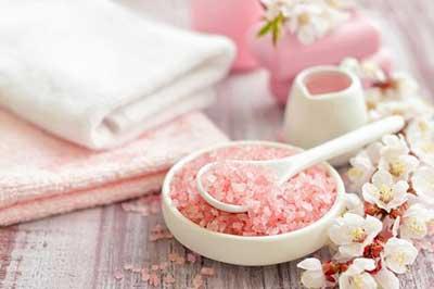 به شامپویتان نمک اضافه کنید تا مشکلات موهایتان را حل کنید!