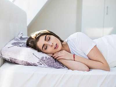 مشکلاتی که خوابیدن با آرایش ایجاد میکند