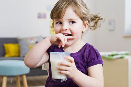 فواید بادام برای کودکان,طرز تهیه شیر بادام برای کودکان,شیر بادام
