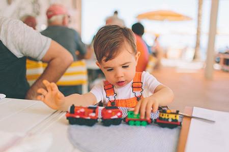 اوتیسم چیست,بیماری اوتیسم,تغذیه کودک مبتلا به اوتیسم