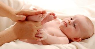 نتیجه تصویری برای ماساژ نوزاد