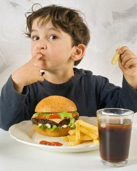 چه کار کنید که فرزندانتان فست فود نخورد؟