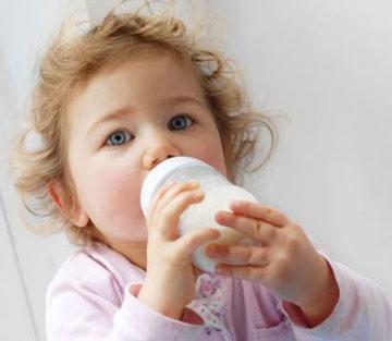 گرم کردن شیر درون شیشه شیر،شیر مادر,تغذیه نوزاد,کودک