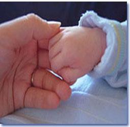 نوزادان در چه سنی اشیا را دست میگیرند