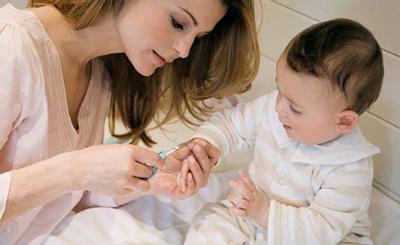 گرفتن ناخن نوزاد تازه متولد شده