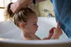 ترس کودکان از حمام کردن را چگونه کاهش دهیم؟