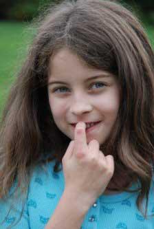 علت و روش های درمان ناخن جویدن در کودکان