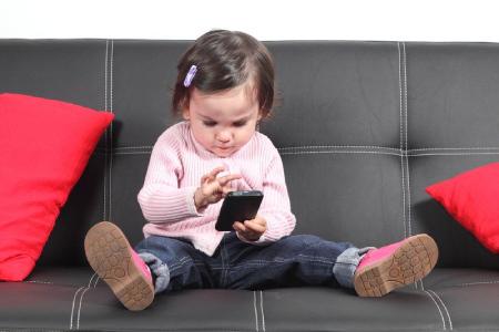 وابستگی کودکان به موبایل,علائم اعتياد به تبلت,معایب استفاده از موبایل و تبلت