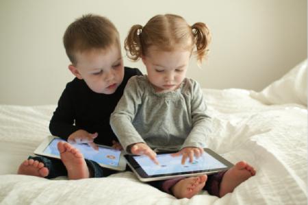 وابستگی کودکان به موبایل,عوارض استفاده از موبایل در کودکان,دلایل وابستگی کودکان به تبلت
