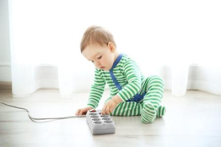 آشنایی کودکان با خطرات برق گرفتگی,برق گرفتگی کودکان,درمان برق گرفتگی کودکان