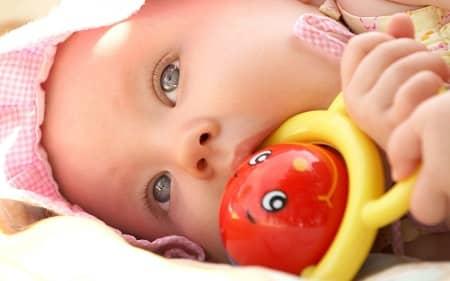 علت جویدن اشیا در کودکان, دهان بردن اشیا توسط کودکان, خطرات به دهان بردن اشیا توسط کودکان