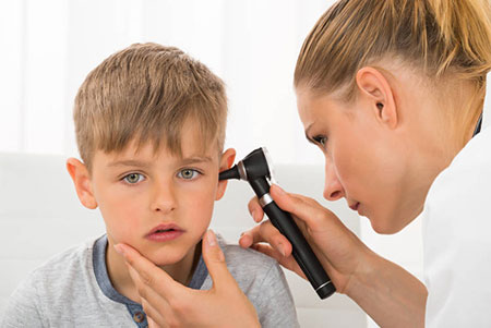 علائم عفونت گوش میانی در کودک,عفونت گوش میانی در کودکان,نشانه های عفونت گوش میانی در کودکان