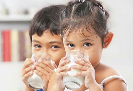 ایا شیر پاستوریزه را برای کودک باید جوشاند,خوردن شیر پاستوریزه برای کودک یک ساله