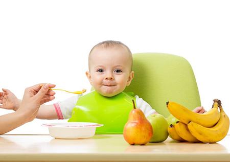 زمان میوه دادن به نوزاد,شروع دادن میوه به کودک, میوه خوردن نوزاد از چند ماهگی
