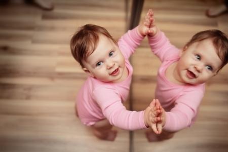 نگاه کردن نوزاد به آینه, فواید نگاه کردن نوزاد به آینه,آینه بازی با کودک