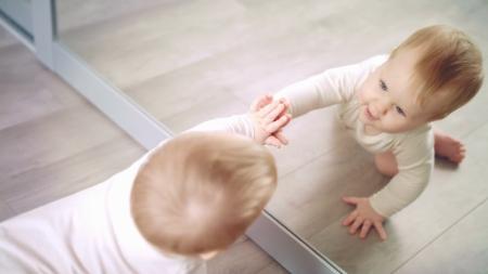 دادن آینه به نوزاد,آینه بازی با کودک,بازی با آیینه