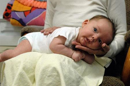آروغ گرفتن نوزاد,روش آروغ گرفتن نوزاد,طرز صحیح آروغ گرفتن نوزاد