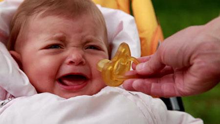 خوردن پستانک برای نوزاد ضرر دارد,معایب پستانک