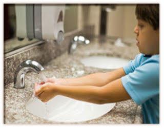 شستن دست نوزاد