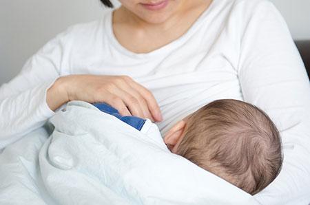 علت عرق کردن نوزاد,علت عرق کردن نوزاد هنگام شیرخوردن,علت عرق کردن نوزاد موقع شیرخوردن