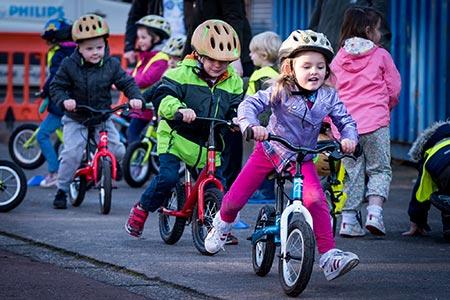 طریقه آموزش دوچرخه سواری به کودکان,آموزش صحیح دوچرخه سواری به کودکان,آموزش دوچرخه سواری بدون کمکی به کودکان