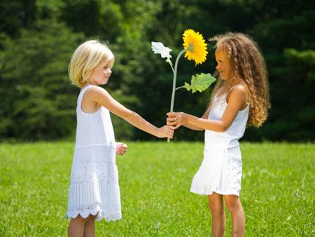 چگونه بخشندگی را به کودک بیاموزیم,یاد دادن بخشش به کودک,تربیت کودک