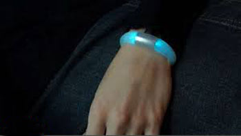 گزارش رنگی یک دستبند هوشمند از تماس، پیامک و ایمیلها