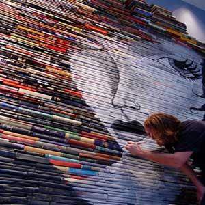 نقاشیهای جالب وخلاقانه یک هنرمند برروی کتابها!
