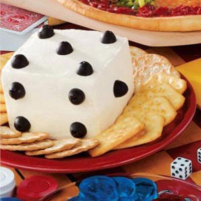 خوراک پنیر به شکل تاس با بیسکوییت