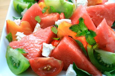 طرز تهیه سالاد گوجه با هندوانه مخصوص تابستان