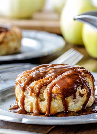 روش تهیه پیراشکی سیب با سس بادام