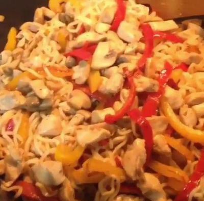 درست کردن خوراک نودل با مرغ, مواد لازم برای خوراک نودل با مرغ
