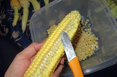 نکاتی برای تهیه کنسرو ذرت, روش دانه کردن بلال