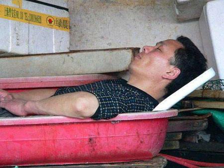 خوابیدن در شرایط سخت, عکس خوابیدن