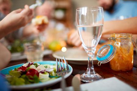 نوشیدن آب در بین غذا,عوارض خوردن اب در بین غذا