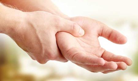 لرزش دست نشانه چیست,علت لرزش دست راست در جوانی