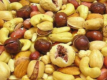 تغذيه: مصرف زیاد تنقلات در عید و مشکل سوء هاضمه