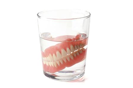 دندون مصنوعی تو لیوان,نگهداری دندان مصنوعی