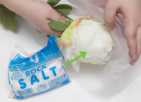 نحوه تمیز کردن گل مصنوعی, تمیز کردن گل های مصنوعی با نمک