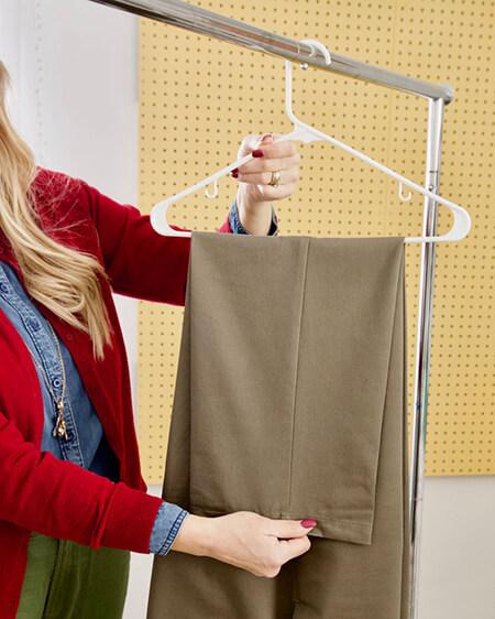 ایده برای آویزان کردن شلوار به چوب لباسی, آموزش آویزان کردن شلوار به چوب لباسی, نحوه ی آویزان کردن شلوار به چوب لباسی